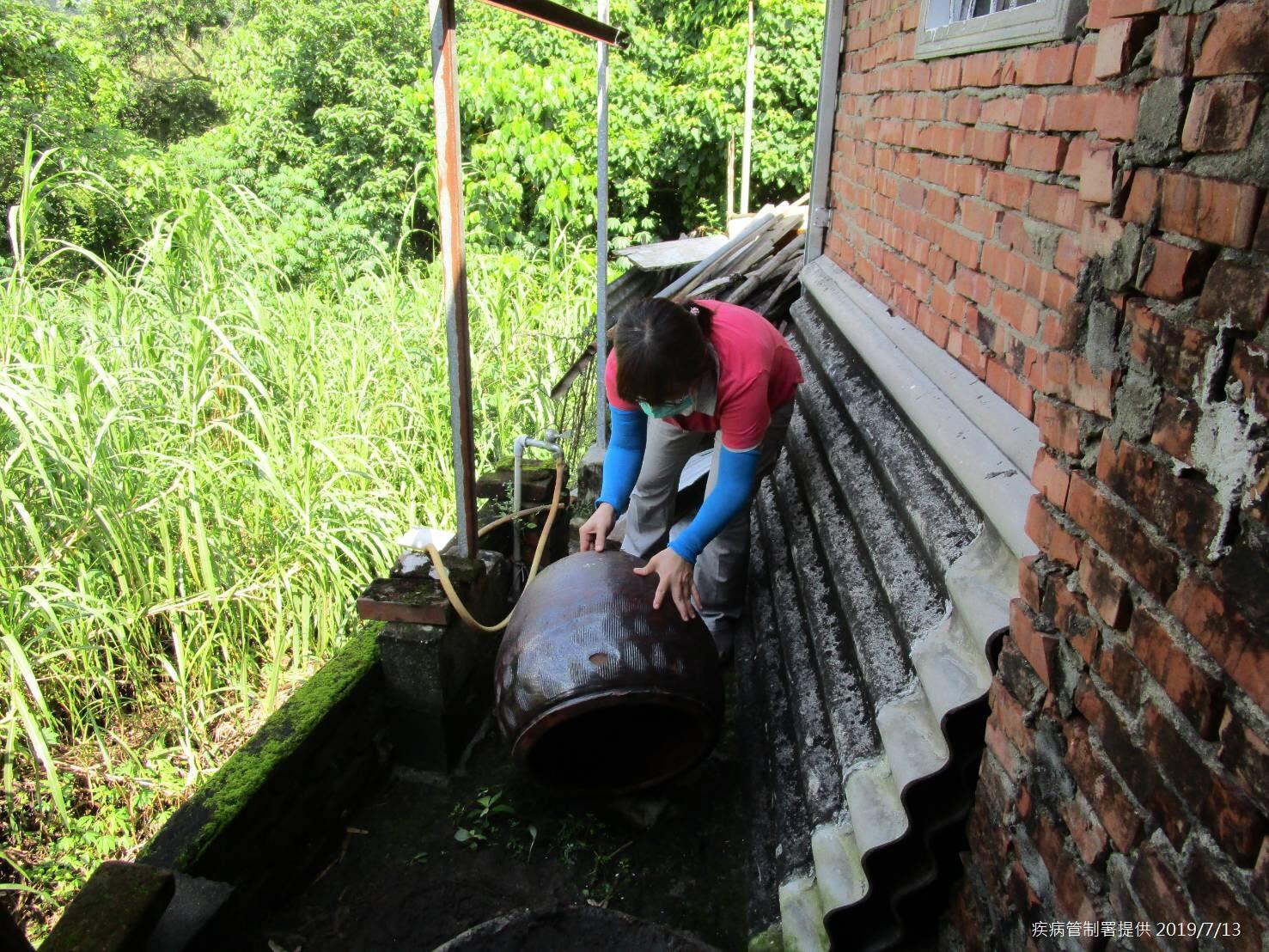 台南市政府防疫人員於台南市左鎮區榮和里執行孳生源查核(疾病管制署提供)